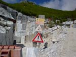 Marble horror picture show: wonderful surplombant cliffs (and mountain signs)